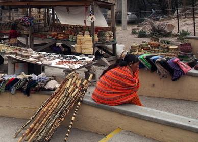 Rarámuris beim Anbieten ihrer geflochtenen Ware