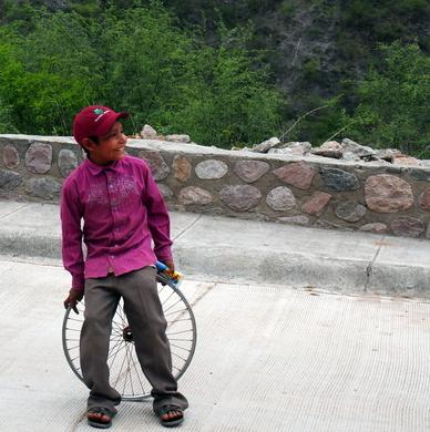Junge mit einem Velo-Rad