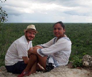 Liliana und ich auf der Nohoch Mul Pyramide.