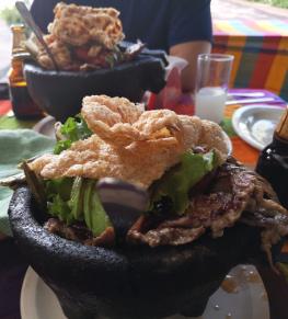 Eine Molcajete mit Chicharron, Bistec und Nopal.