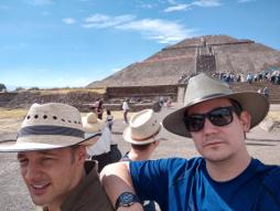 Chörchill und Bonz vor der Sonnenpyramide.