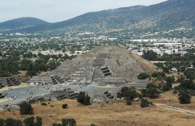Die Mondpyramide von Teotihuacán, von der Sonnenpyramide her gesehen.