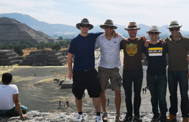 Gruppenfoto auf der Mondpyramide.