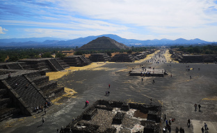 Die Weitläufigkeit von Teotihuacán von der Mondpyramide her gesehen.