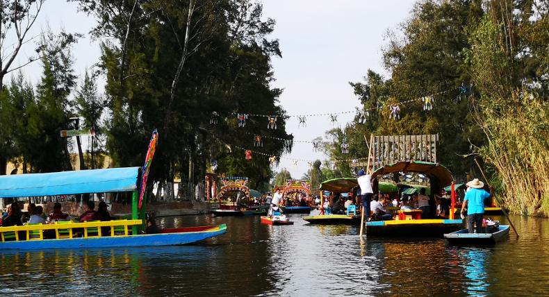 Die Trajineras im Kanalsystem von Xochimilco.