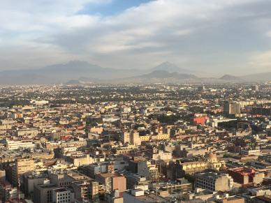 Aussicht in Richtung den Vulkanen Iztaccíhuatl und Popocatépetl (links und rechts im Hintergrund).