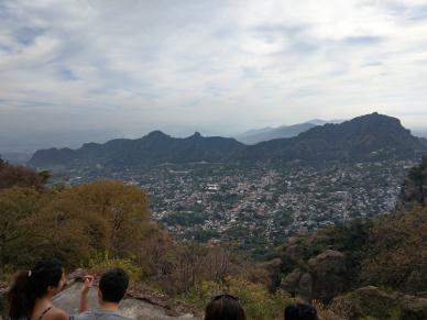 Aussicht von den Pyramiden auf das Dorf.