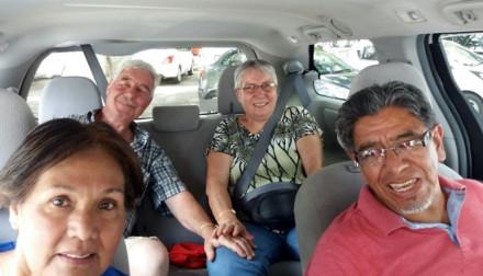 Mami, Ruedi und Schwiegereltern im Mietauto.