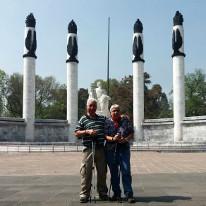 Mami und Ruedi vor dem Monument der Niños Héroes.
