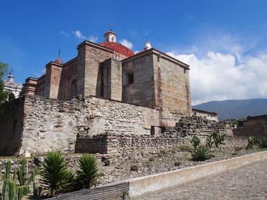 San Pedro über den Ruinen von Mitla.
