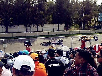 Formel-1 Boliden am vorbei rasen.
