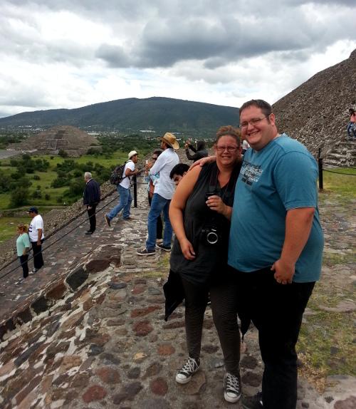 Steini und Franziska beim Aufstieg auf die Sonnenpyramide